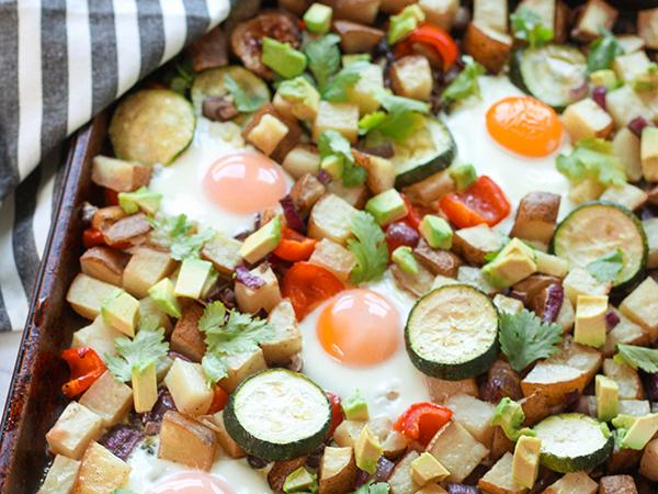 フライドポテトと野菜の朝食プレート